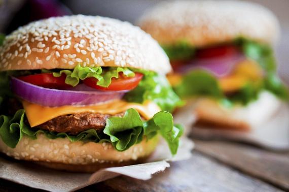 A húspogácsa sovány darált marha-, vagy disznóhúsból, friss zöldfűszerekkel otthon készült hamburgerként is tálalható. A lényeg, hogy ne bő olajban, hanem grillezve vagy grillserpenyőben süsd.