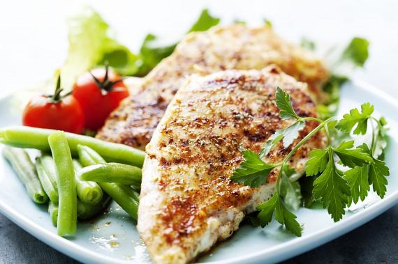 Csirkemell párolt zöldségekkelA csirkemell a tudatosan és fegyelmezetten diétázók vacsorája, akik ráadásul rendszeresen sportolnak is a diétájuk mellett. Fontos számukra a megjelenésük, az alakjuk, és szeretik érezni, hogy uralják a testüket. Mindez önbizalmuk elengedhetetlen tartozéka. Önmagukkal szemben magasak az elvárásaik, de a környezetükkel már sokkal elnézőbbek.