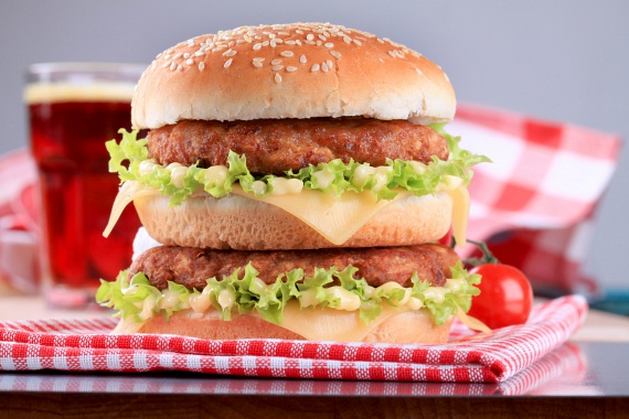 A nem teljesen átsütött húspogácsa egy guszta hamburgert is ártalmassá tehet. Ezért ha előre bekevert, csomagolt darált húst vagy formázott húspogácsát vásárolsz, akkor nézd meg a dátumot! Emellett pedig ügyelj arra, hogy minden esetben jól átsüsd a húspogácsákat, mert ezzel teszed őket biztonságossá.