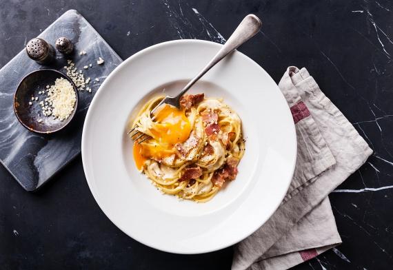 A carbonara esetében is nyersen kerül a felvert tojás a forró tésztára, ezért itt is érdemes figyelni a friss alapanyagok meglétére. Vagyis ebben az esetben is a tojás frissességének ellenőrzésével induljon a főzés.