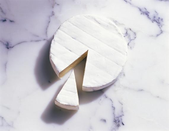 A lágy, krémes állagú sajtoknál is szigorúnak kell lenned, hiszen míg a kemény, cheddar típusú sajtoknál akár le is vághatod a penészes részt, addig a lágy sajtoknál ez kockázatos, és itt bizony az egész sajttól meg kell válni, nehogy bajt okozzon.