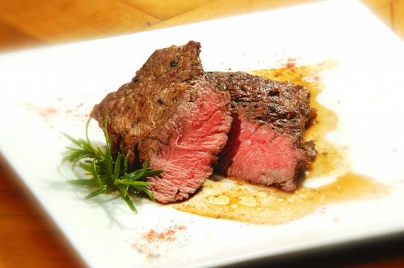 Különös elővigyázatossággal kell készíteni és fogyasztani a véresre sütött húsokat, steakeket. Vagyis ha előre szeletelt és csomagolt húst veszel hozzá, akkor figyelj arra, hogy milyen dátum szerepel a húson, ahogy arra is, hogy a csomagolás sértetlen legyen, hiszen a termék csak a megfelelő tárolási körülmények között tartja meg a minőségét a jelzett dátumig.