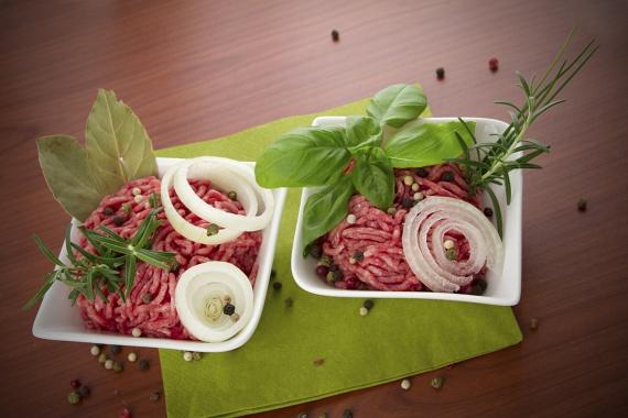 A tatár beefsteaket kizárólag a legfrissebb húsokból szabad készíteni, és egy-két napon belül el kell fogyasztani. Az előre csomagolt változatnál a hűtési hőmérsékletet, a csomagolás épségét és a lejárati dátumot egyaránt ellenőrizd le.