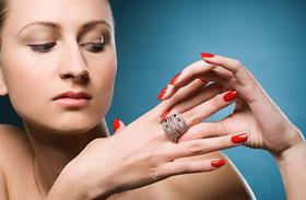 7 gyönyörű körömlakk a nőies megjelenésért - 1000 forint alatt