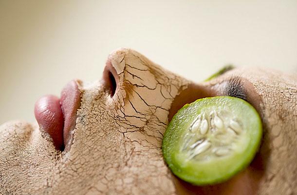 Tegyél két karika uborkát a szemedre is, szépen lehúzza a puffadást, vizenyőt
