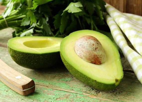 Az avokádó telis-teli van A-, B-, C-, D- és E-vitaminnal, valamint egészséges zsírokkal, így nemcsak fogyasztani érdemes, de pépesítve a bőrre kenni is szuper. Készíts az avokádó olajait a bőrbe záró, feszesítő pakolást ezzel a recepttel!