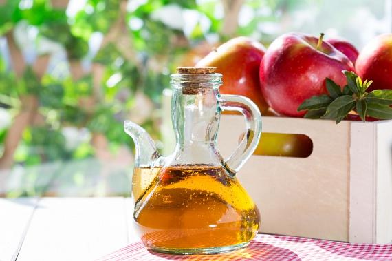 Az almaecet külsőleg és belsőleg használva is gyakran kerül csodaszerként említésre. Ez nem véletlen, ugyanis erős méregtelenítő, gyulladáscsökkentő anyagról van szó, melyből a fürdővízbe is önthetsz bátran egy csészével, így könnyebben kiizzadhatod a toxinokat a kádban.