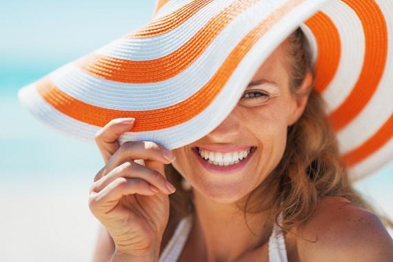 A legmelegebb és legnapsütésesebb órákban ne tedd ki közvetlen napsugárzásnak a bőrödet. Ha ilyenkor mégis kimész, viselj széles karimájú, divatos kalapot, mely az arcodat, a válladat és részben a hátadat is leárnyékolja, így nem pirulsz le nagyon hamar!