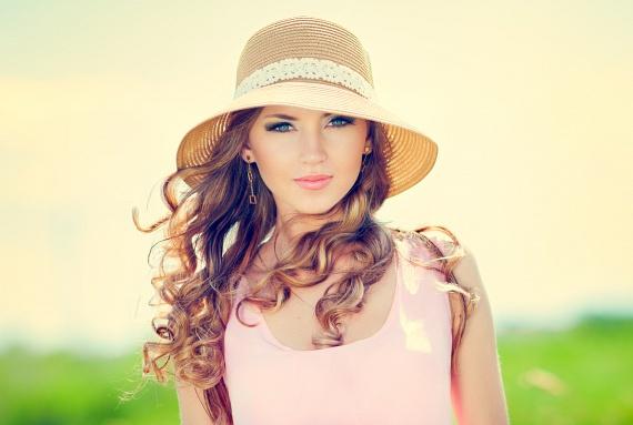 A fotón egy nagyon jó összeállítást láthatsz kerek arcformához. A kalap, a hosszú haj és a fülbevalók mind nyújtják az arcformát, míg a mélyebb kivágású felső az erősebb nyak számára előnyös.                         Ha úgy érzed, nagyon nem szeretnéd megmutatni a nyakadat egy fotón, akkor egy könnyű sállal vagy a képen látható, szélfútta, hosszú hajjal egyszerűen, természetesnek tűnő módon rejtheted el.