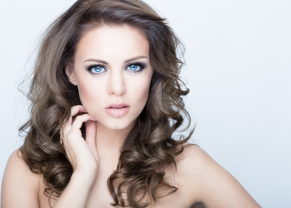 A sminkelés során érdemes legalább egy kicsi pirosítót használnod, így kiemelheted a pofacsontodat, míg az arc szélén elhelyezett sötétebb színek optikailag vékonyabbnak mutatják az arcodat. Ha szeretnél többet is megtudni az arckeskenyítő smink készítéséről, kattints ide!