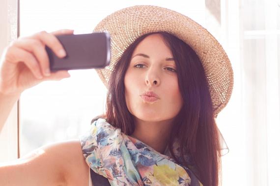 Nagyon jó szelfiket készíthetsz magadról, ha egy kicsit csücsörítesz, és egy kicsit beszippantod az arcodat. Így az egyszerre keskenyebb és hosszabb is lesz, sőt, a szád szépségét is megmutathatod, ám túlzásba ne ess! A kacsaszáj senkinek sem áll jól.                         Ha mások fotóznak, ne fordulj nagyon szembe a kamerával. Próbálj inkább fél- vagy teljes profilt mutatni a fényképésznek!