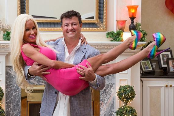 Hammondot a családja is támogatta átalakulása során. Férje elmondása szerint nagyon elégedett az új külsejével, így Hammond egyelőre nem tervez újabb beavatkozásokat, csak akkor, amikor a kor kezdi majd utolérni. Véleménye szerint némi botoxra majd szükség lesz, ha szeretne méltósággal, Barbie-ként megöregedni.