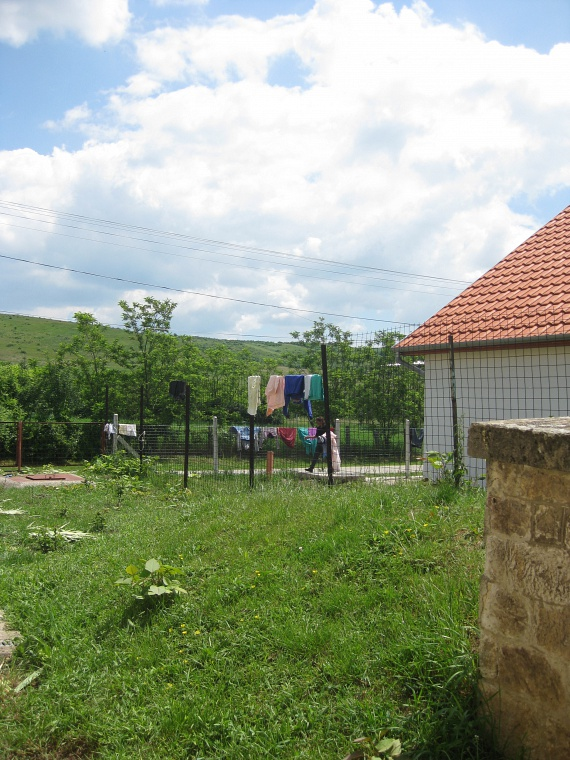 A falu szép, a cigánysoron is rendben vannak a kertek a lehetőségekhez képest, látszik, hogy az itt élők megteszik, ami tőlük telik, hogy emberhez méltó körülmények közt éljenek.