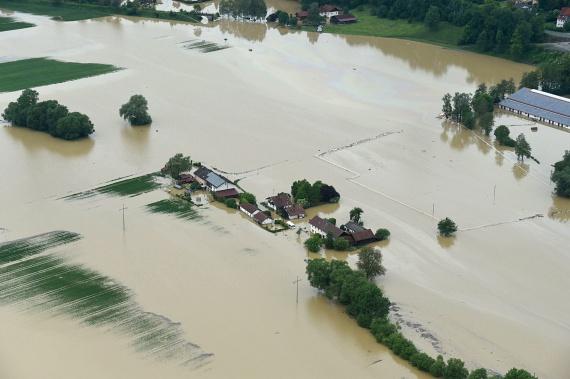 Közben Erdélyben is többfelé adtak ki figyelmeztetést. Több folyóra, köztük a háromszéki Feketeügyre, valamint a Tatros Hargita és Bákó megyei szakaszára is harmadfokú árvízvédelmi riasztást adott ki a romániai hidrológiai szolgálat.