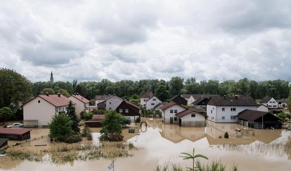 Triftern és Anzenkirchen településeken volt a legsúlyosabb a helyzet. Trifternben egy iskolát is körbezárt a víz. Nagyjából 250 tanuló még az iskolában van, amely szerencsére egy hegyen áll, de meglehet, hogy a gyerekeknek a tornateremben kell tölteniük az éjszakát - mondta a település polgármestere.