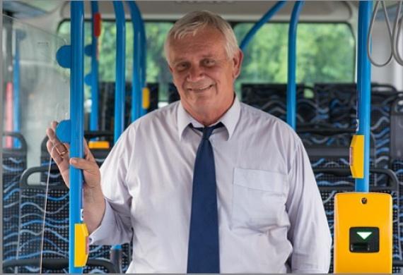 """A közönségszavazást az 1989 óta buszsofőrként dolgozó Springenszeisz Attila nyerte meg hatalmas fölénnyel: 6963 szavazattal. Az 55 éves családapa kedvenc járata a 188E, amely Kelenföldet köti össze Budaörssel. A sofőr egyébként ezt írja magáról bemutatkozójában:""""Régóta dolgozom buszsofőrként, három gyermekem közül a legnagyobb is követte a példámat. Nemcsak a munkám, de a hobbim is a vezetés, na és az autók. A feleségem sokszor meg is jegyzi, hogy a szívemben a busz foglalja el az első helyet. Szabadidőmben két unokámnak élek, akiket nagyon szeretek."""""""