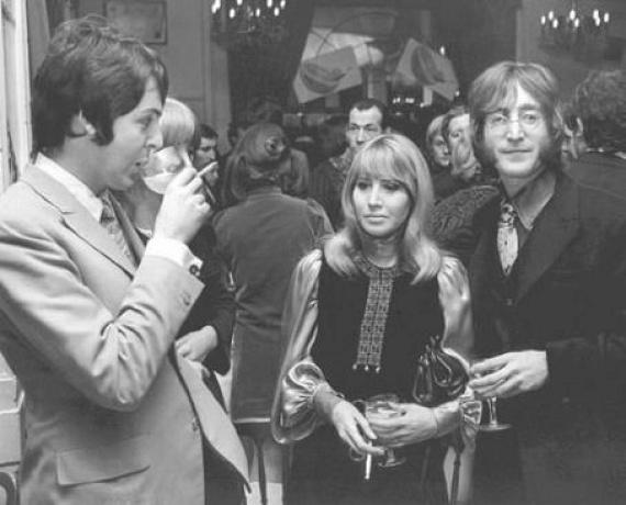 A házasság a férj drogfüggősége és megszállottsága miatt kezdett romlani, amelyet tetéztek a sorozatos megcsalások, míg végül a japán művésznő, Yoko Ono miatt végleg otthagyta Cynthiát. A válás után a nő újraházasodott, felvette a Twist nevet, majd újbóli válásakor mégis úgy döntött, visszaveszi a Lennon nevet. Iránta érzett szerelme sohasem múlt el. A nő Lennon halálát követően elmondta: a férfit mindig a változás, a keresés éltette, de bármibe fogott, őszintén és teljes szívből tette azt.