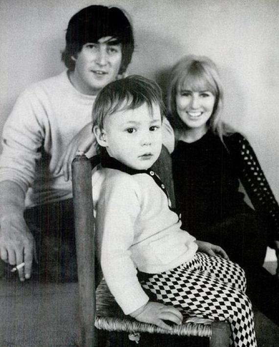 Amikor megtudták, hogy Cynthia babát vár, összeházasodtak, ám mindezt a kirobbanó Beatles-mánia miatt titokban kellett tartaniuk, félő volt ugyanis, hogy a fanatikus lányrajongók elpártolnak az együttestől. Julian mellett később a zenésznek Yoko Onótól is gyermeke született,Sean.