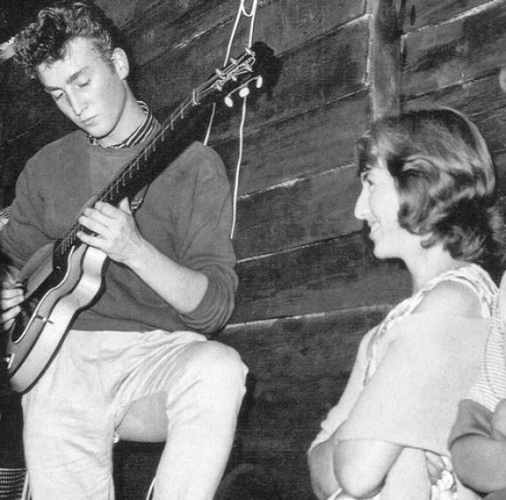 CynthiaPowell és John Lennon még az egyetem alatt ismerkedtek meg, a Liverpool College of Art kalligráfia osztályában. A fiatal lány annyira beleszeretett Lennonba, hogy szőkére festette a haját, amikor megtudta, hogy a férfi emiatt udvarol egy lánynak. Mint az később kiderült, az idillinek látszó kapcsolatban John többször megütötte és megcsalta őt, mégis mindig megbocsájtott neki.