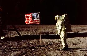 Elképesztő fotók kerültek napvilágra a holdraszállásról - Eldöntik, igaz volt-e, vagy csalás
