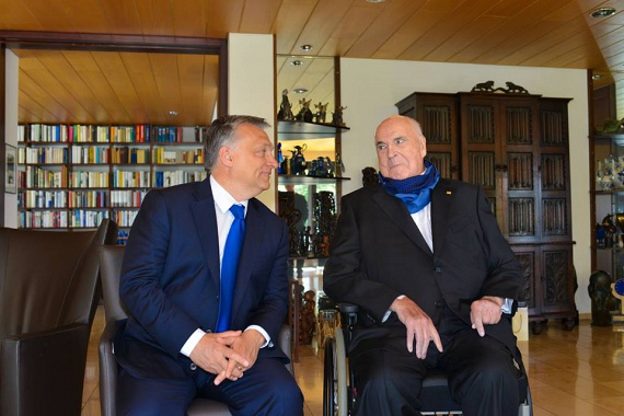 Orbán Viktor a héten Németországban tartózkodott. A miniszterelnök találkozott többek között Erwin Teufellel, Baden-Württemberg korábbi miniszterelnökével, valamint a fotón szereplő Helmut Kohl egykori kancellárral is.