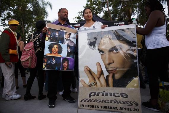 57 éves korában elhunyt Prince, a legendás énekes, akire a minnesotai Paisley parkban találtak rá. Súlyos betegsége nem volt, ugyanakkor a halála előtt kórházba került. Ebben a cikkben adtunk hírt erről.
