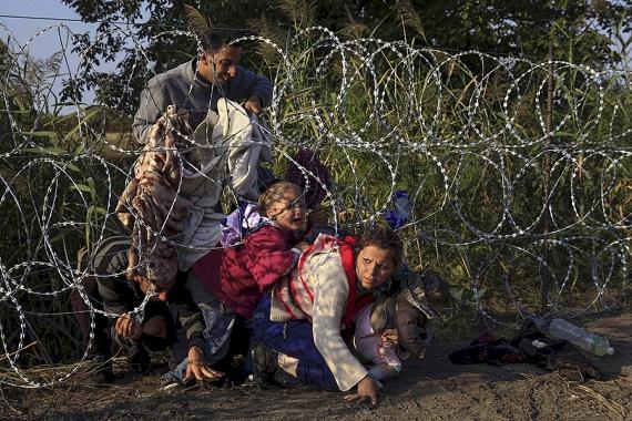 Két magyar fotós, Szabó Bernadett és Balogh László is Pulitzer-díjat nyert idén a menekültekről készített képeivel, ez a fotó Szabó Bernadett díjazott munkája. A hírről itt számoltunk be.