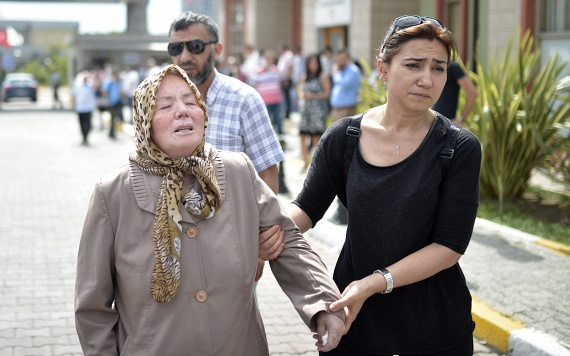 Az egyik áldozat édesanyja érkezik az azonosításra.