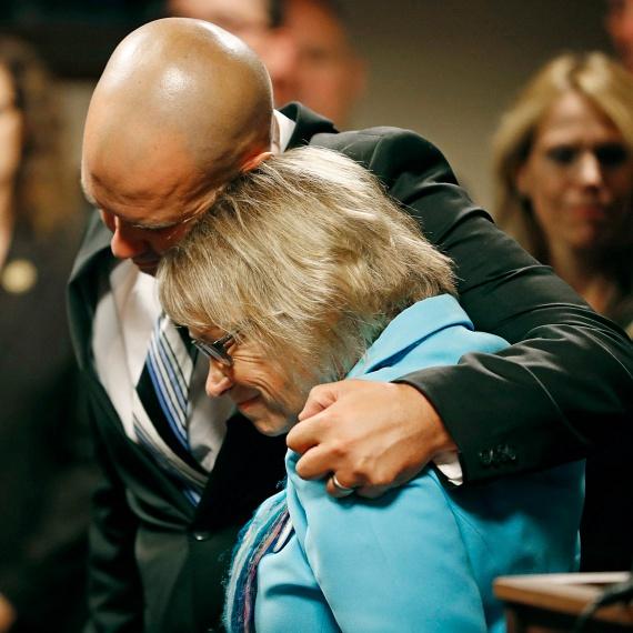 Patty Wetterlinget, az 1989-ben eltűnt Jacob Wetterling édesanyját vigasztalja másik fia, Trevor a hatóságok által 2015-ben elfogott Daniel Heinrich bírósági meghallgatása után. Trevor is ott volt, amikor Jacobot elrabolták.