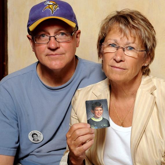 A múlt szombaton közreadott, 2009. augusztus 28-i képen Patty és Jerry Wetterling mutatja 1989-ben eltűnt fiuk, Jacob fényképét minneapolisi otthonukban. Ekkor még nem tudták, hogy a gyermek már az eltűnése napján életét vesztette.