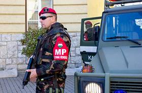 Fegyveresek járőröznek a budapesti utcákon