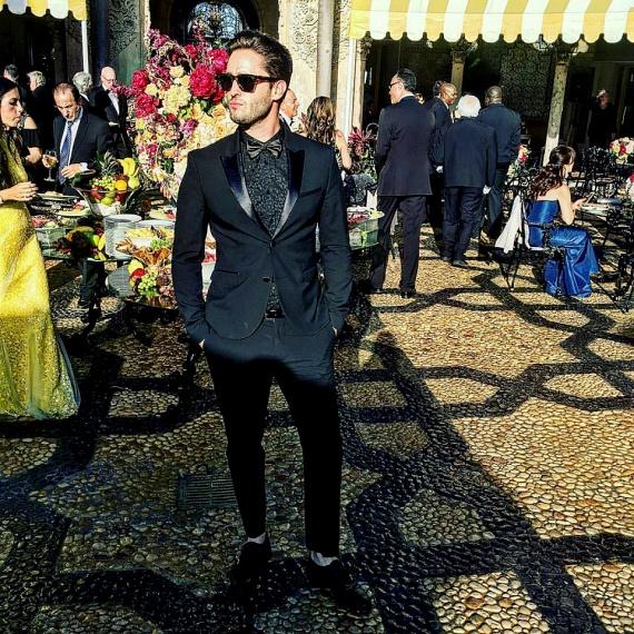 Viktornak nagyon jól áll a szmoking és a napszemüveg, a rajongók szerint modellnek is beillene.