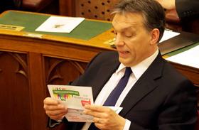Mókás fotók: így tanulmányozza Orbán az LMP népszavazási kezdeményezését
