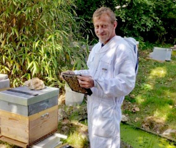 Franciaországban nem törvénybe ütköző a marihuánát gyógyászati célokra használni, ezért Nicolas nem követ el semmi illegálist a méz előállításával - sőt, valójában megkönnyíti és biztonságosabbá teszi az orvosi marihuána fogyasztását azok számára, akiknek szüksége van rá.