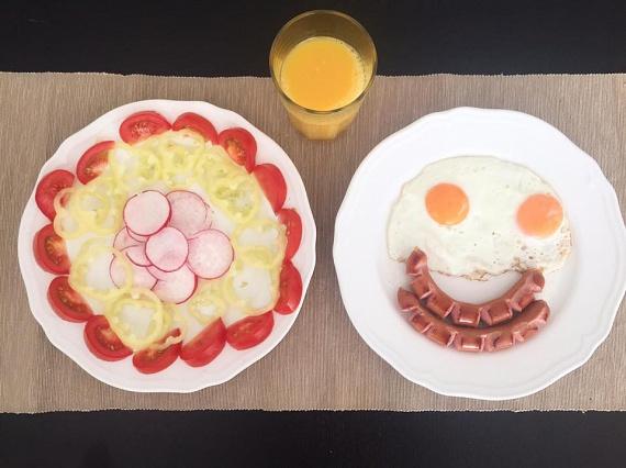 Lola imád reggelizni: nem is csoda, hiszen a napokban is ilyen vidám, gusztusos és szénhidrátszegény menü került az asztalára.
