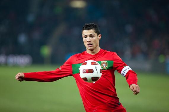 Cristiano Ronaldo Portugáliában, nagy szegénységben született. Szakács édesanyja és kertész édesapja alig tudta megteremteni a család számára szükséges bevételt, így Ronaldo és egy fiú-, illetve két lánytestvére egyetlen szobán osztozkodtak. A sztár arról mesélt, hogy sokat nélkülöztek, sohasem voltak játékai, és az iskolában is nehéz dolga volt. Noha társai kedvelték Ronaldót, a híres focistát mégis kicsapták az iskolából, amikor egy tanárhoz hozzávágott egy széket.
