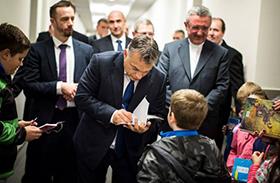 Orbán a rajongók között