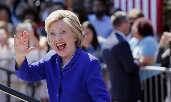 """Hillary Clinton lett a Demokrata Párt elnökjelöltje, megelőzve Bernie Sanderst. A 68 éves politikus ezzel történelmet írt, ő az első női elnökjelölt az USA-ban. Twitter-üzenetében is erre utalt azután, hogy biztos lett a jelöltsége: """"Minden kislánynak, aki nagyot álmodik: igen, bármi lehetsz, ami akarsz, akár elnök is. A ma este a tiétek.""""                         Hillary Clinton Donald Trumppal fog ringbe szállni, valószínűleg nem lesz egy szép kampány."""