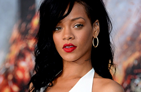 Combig felsliccelt ruhában állt a kamerák elé: Rihanna szexisebb, mint valaha