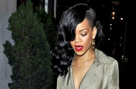 Semmi nem volt a kabátja alatt? Meztelenül ment vacsorázni Rihanna