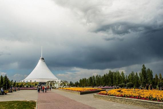 Kazahsztáni kirándulása során örökítette meg ezt a hatalmas égi szemet tegnap egy hobbifotós. A gyönyörű kép lázba hozta az internetet, és bár a készítő elmondása szerint nem végzett rajta módosításokat, vannak, akik kételkedni kezdtek az eredetiségében.