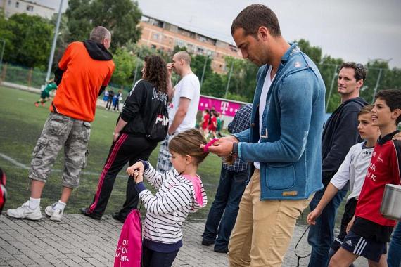 A magyar válogatottban és a Videotonban védőként játszó Juhász Roland imádnivaló közös képeket posztol kislányával.