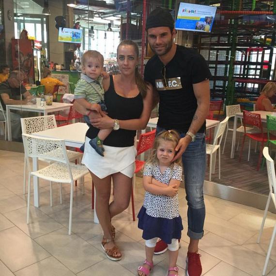 Nikolics Nemanja a válogatott és a Legia támadó játékosa, akinek most felesége, Nóra és gyermekei, Tijana és Marko szurkolnak.