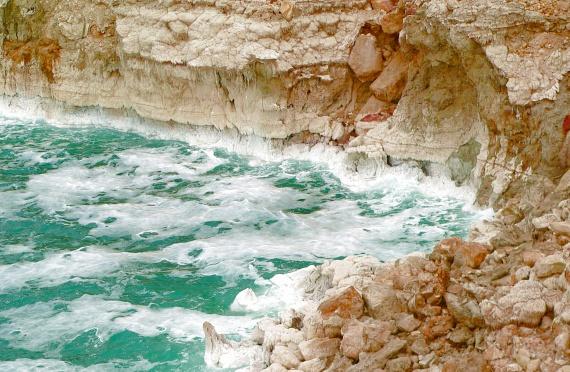 A teljes kiszáradás fenyegeti a Holt-tengert a globális felmelegedés miatt. Bár a tudósok minden erejükkel igyekeznek megmenteni a Föld legmélyebben fekvő pontjának tengerét, a jelenlegi adatok szerint az már ebben az évszázadban eltűnhet.