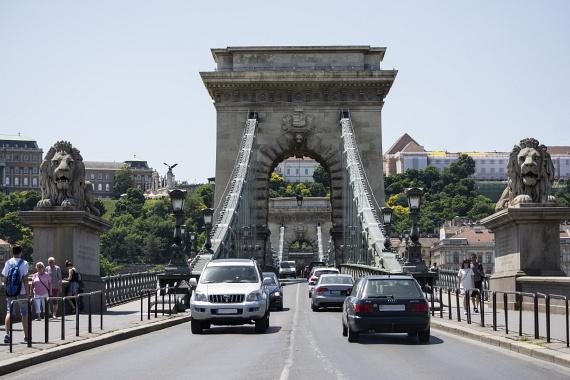 Ha már Széchenyi tér, akkor ott a csodás Lánchíd, vagyis hivatalos nevén a Széchenyi lánchíd. Ahhoz, hogy így lásd le kell ugranod a villamosról, és sétálni picit, mert épp alatta halad át egy alagúton. A híd volt az első közös építménye Budának és Pestnek.
