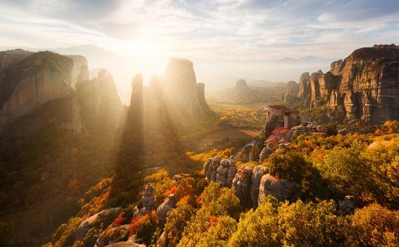 Görögország legnevezetesebb látnivalói közé tartoznak a Meteorák, vagyis azok az óriási sziklák, melyeken 24 bizánci kolostor is található.