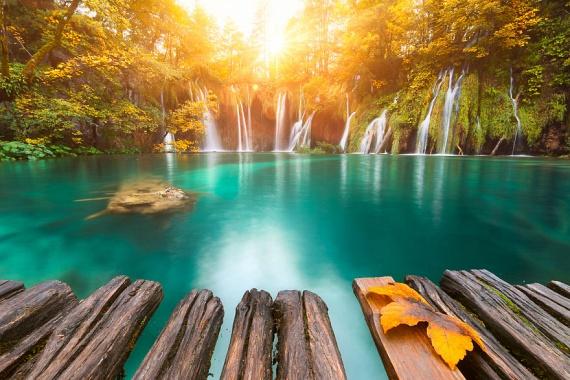 A horvátországi Plitvicei-tavak Európa legszebb természeti látványosságai közé tartozik, így nem meglepő, hogy a lenyűgöző vidék már 1979 óta a Világörökség része.
