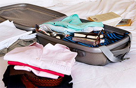 Bőrönd bepakolása videón