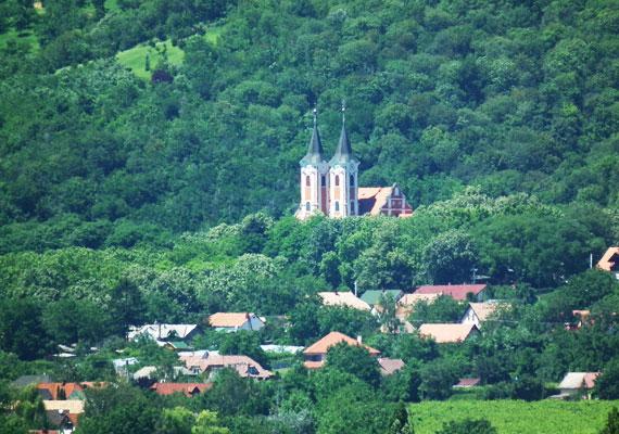 Máriagyűd Pécstől 25 kilométerre található, Siklós város településrésze. A természet által körbeölelt templom már önmagában is gyönyörű, de a hívők szerint ennél sokkal többről van szó. A csodatévő hely ugyanis hazánk egyik legősibb kegyhelyének számít.