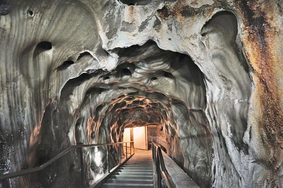 A híres tordai sóbánya szintén varázslatos látványosság, a só kitermelése pedig már a rómaiak idejére, 1271-re is visszavezethető dokumentumok szerint. A ma is létező sóbánya megnyitására viszont csak 1690-ben került sor, majd 1932-ben leállították a munkát. Napjainkban nemcsak turisztikai látnivaló, hanem gyógyhely is.